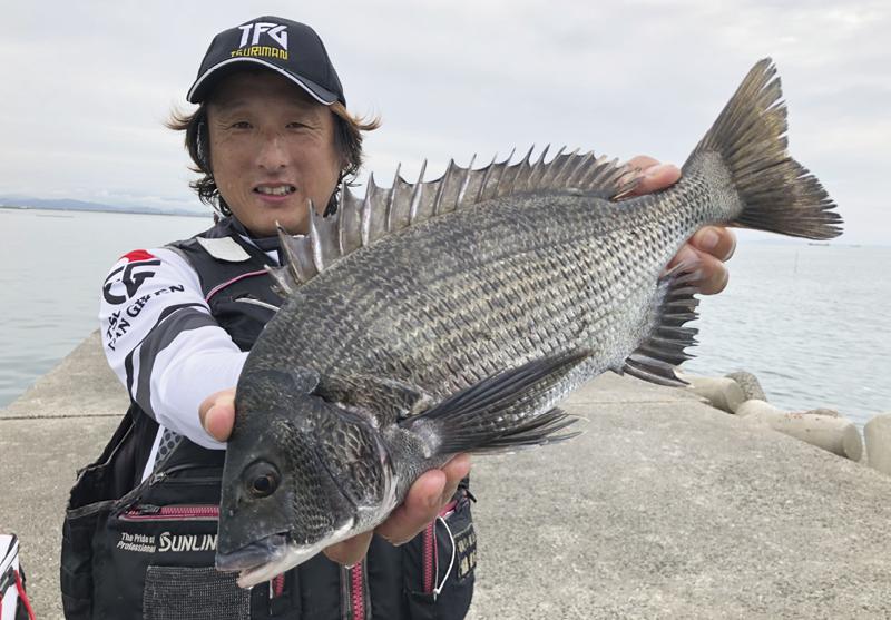 素晴らしい遠投釣技でチヌを手中にした福島さん。